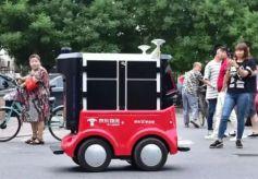 和你一起走在街上的,竟然还有机器人